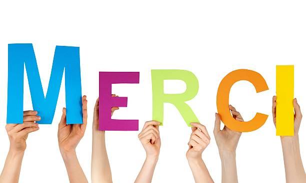Hände holding Buchstaben MERCI – Foto