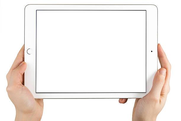 ręce trzyma ekran dotykowy apple ipad air2 - ipad zdjęcia i obrazy z banku zdjęć