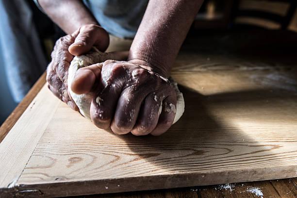 hands hon the pizza dough - zout smaakstof stockfoto's en -beelden