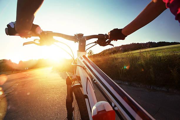Hände in Handschuhe holding Lenker ein Fahrrad. – Foto