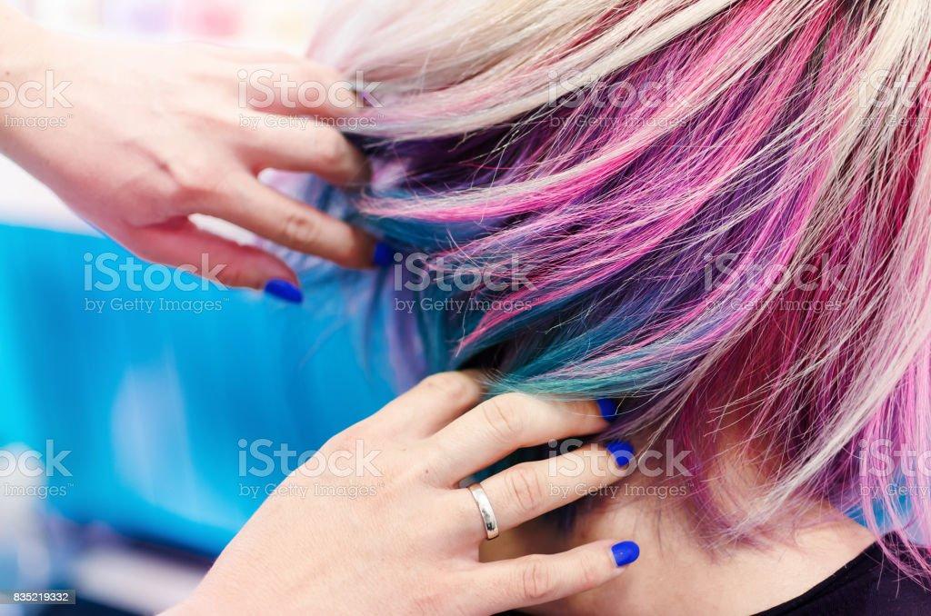 Mãos no cabelo arco-íris - foto de acervo