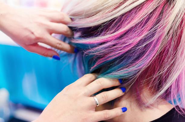 hände in regenbogen haar - haarfarbe ohne ammoniak stock-fotos und bilder