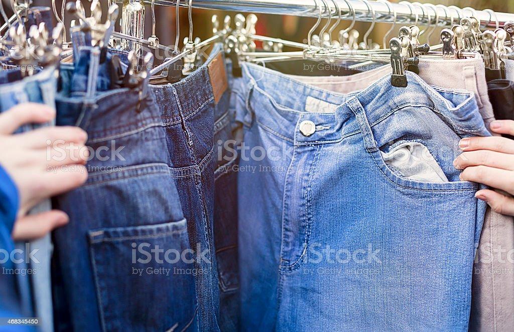 Hände, nach Hosen jeans auf einem Flohmarkt – Foto