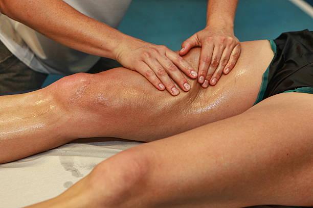 ajuste atleta con las manos del muslo después de correr - masaje deportivo fotografías e imágenes de stock