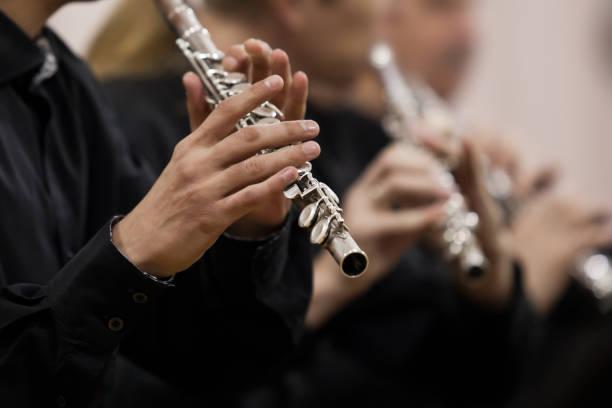Hände-Musiker beim Flötenspiel – Foto