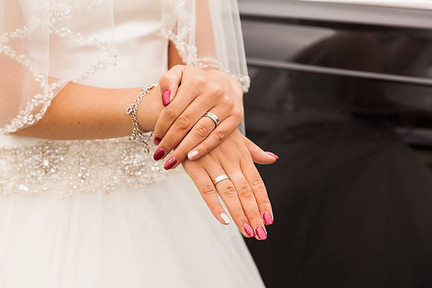 hands of a bride with wedding ring - diamantnageldesign stock-fotos und bilder