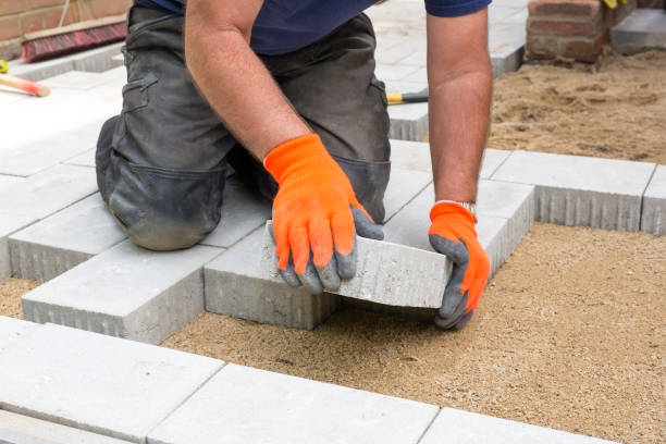 hands of a builder laying new paving stones. - 포장하기 뉴스 사진 이미지