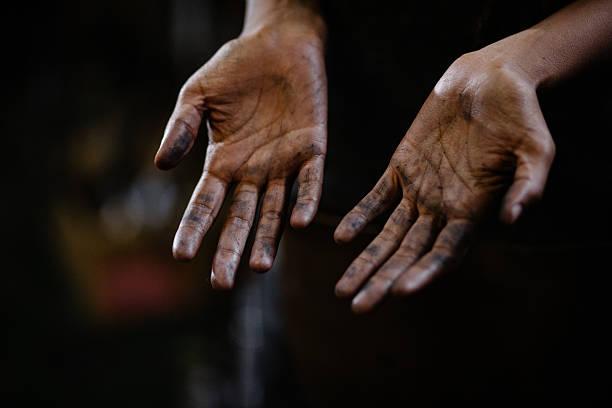mãos de artesão com gordura entre as linhas - oleo palma imagens e fotografias de stock