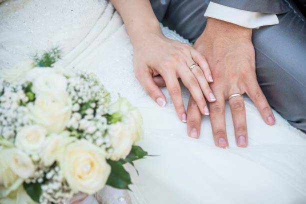mãos de um casal recém-casado com as alianças - casamento - fotografias e filmes do acervo