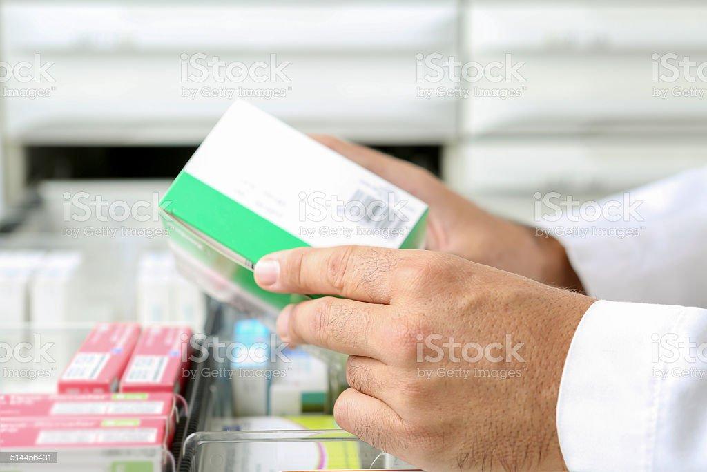 Manos de un farmacéutico - Foto de stock de Adulto libre de derechos