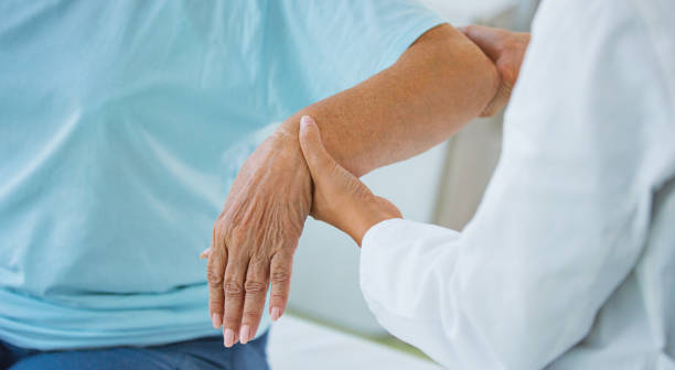 hands of a senior woman at doctor's office. - artrite foto e immagini stock