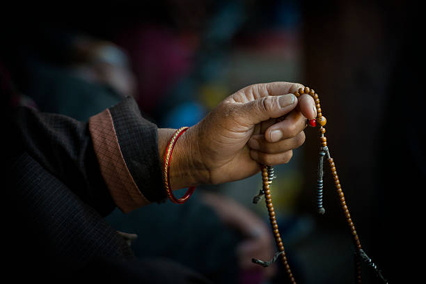 Manos de un tibetano budista con sus cuentas de oración - foto de stock