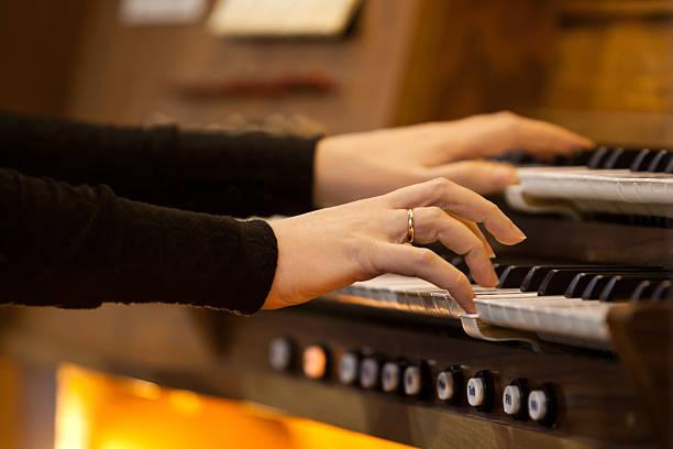 Hände einer Frau spielt das orgel – Foto