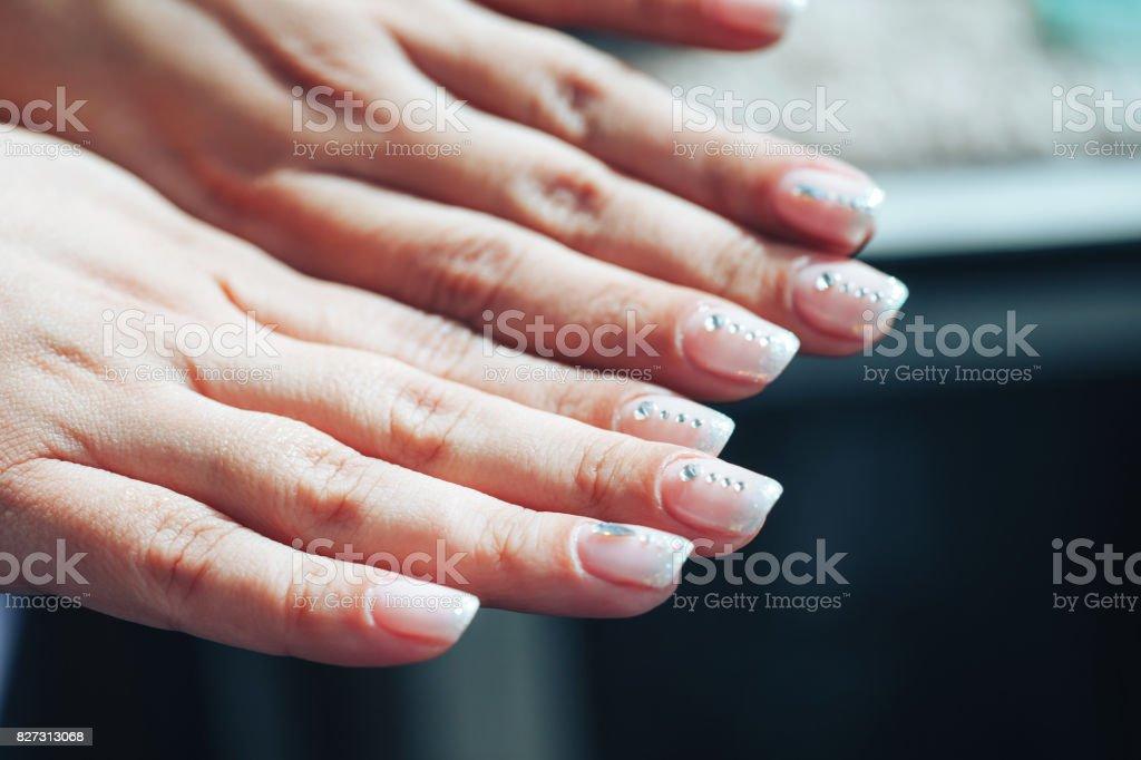 Manos De Una Mujer Con Uñas Decoradas Foto De Stock Y Más