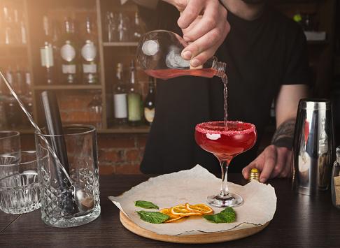 카운터 바에서 칵테일을 준비 하는 바텐더의 손 감귤류 과일에 대한 스톡 사진 및 기타 이미지