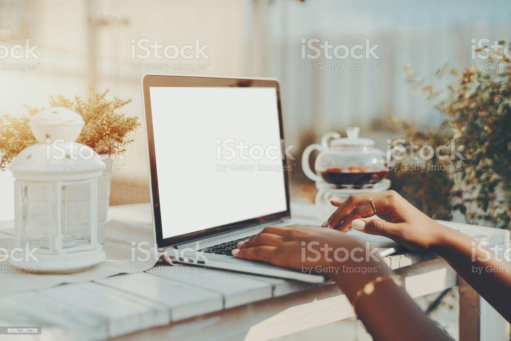 Hände des schwarzen Mädchens mit Laptop mit leeren Bildschirmmaske – Foto