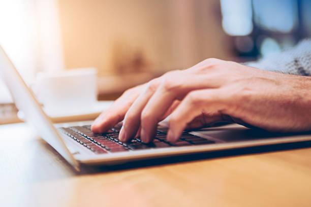 Hände des Geschäftsmenschen, der am Computer arbeitet – Foto