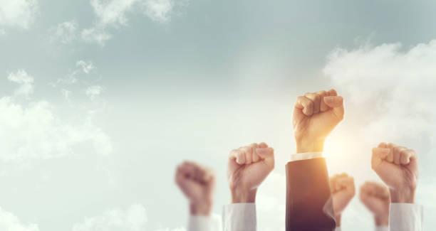 Hände der Business Team hob Faust Luft Firmenfeier Sieg, Erfolg und Gewinn-Konzept. – Foto