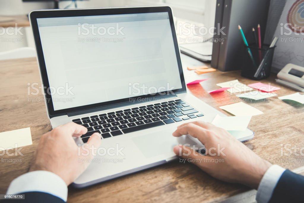 Händen der Geschäftsmann mit Notebook-Computer am Schreibtisch im Büro – Foto