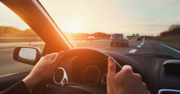 mani del conducente dell'auto sul volante, viaggio su strada - auto foto e immagini stock