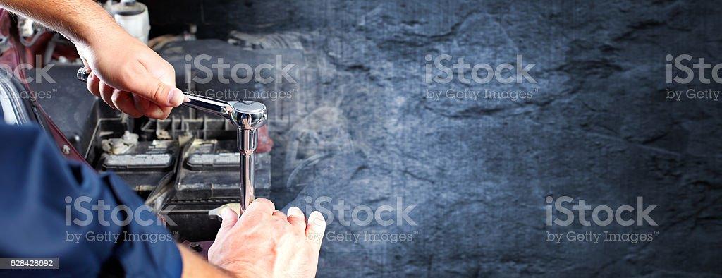 Hände mit auto-Mechaniker in auto-Reparatur und service. – Foto
