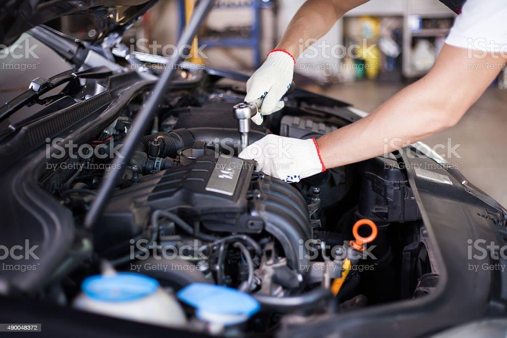 Manos de mecánico de coches - foto de stock