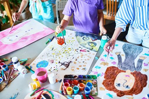 Hands Of Children Painting In Art Class — стоковые фотографии и другие картинки 6-7 лет