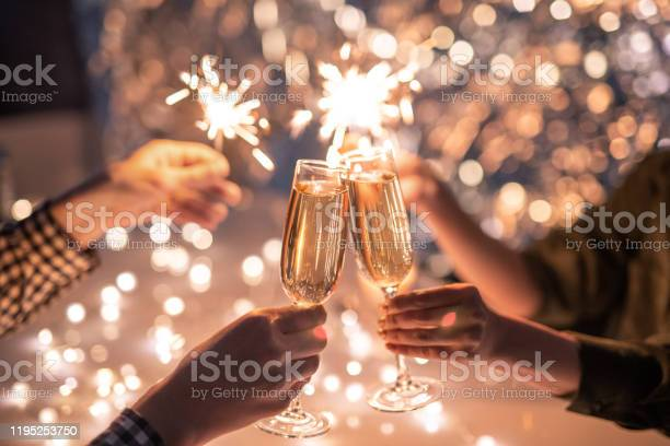 Hands Of Couple With Flutes Of Champagne And Their Friends With Bengal Lights - Fotografias de stock e mais imagens de Adulto