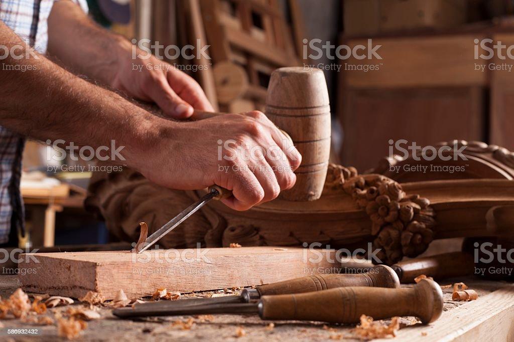 Hands of craftsman carve  with a gouge – Foto