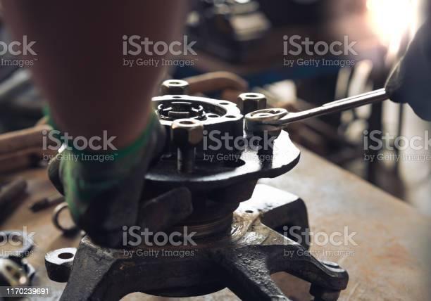 Manos De Ingeniero Reparando Piezas De Automóviles En El Taller De Reparación De Automóviles Foto de stock y más banco de imágenes de Accidente de automóvil