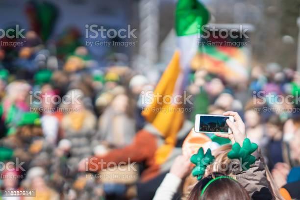 Cep Telefonu Ile Kız Eller St Patrick Günü Karnaval Fotoğraf Yapma Bir Akıllı Telefon Geleneksel Karnaval Partisi Stok Fotoğraflar & Adamlar'nin Daha Fazla Resimleri