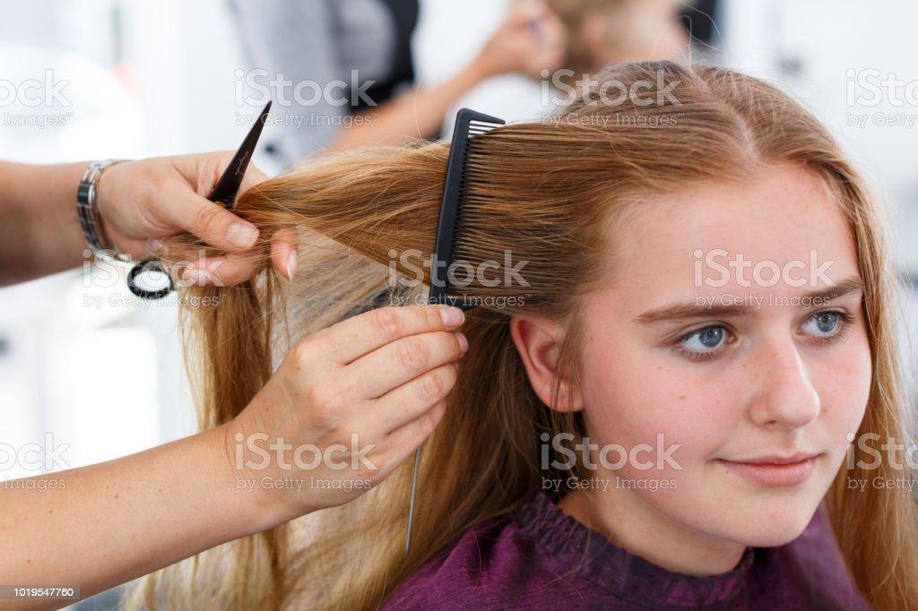 Hande Von Friseur Frisur Fur Madchen Machen Stockfoto Und Mehr
