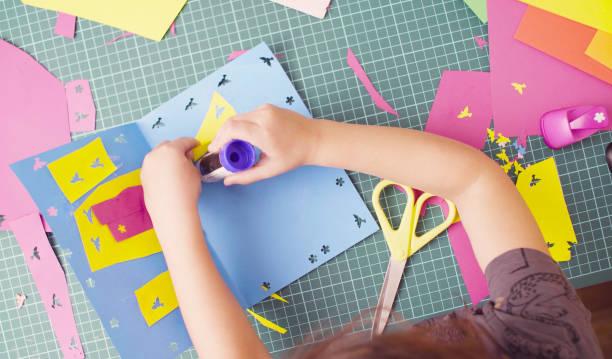 mains de petite fille, collage de papier de couleur - art et artisanat photos et images de collection