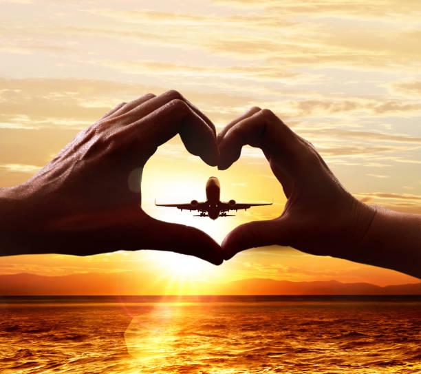 Hände von Liebhabern und Abflugflugzeug – Foto