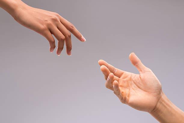 mani di uomo e donna - mano donna dita unite foto e immagini stock