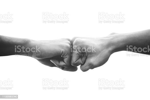 Hände Von Menschen Faust Bump Team Teamarbeit Und Partnerschaft Geschäftserfolg Schwarzweißimage Stockfoto und mehr Bilder von Abmachung