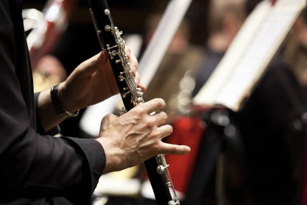Hände eines Mannes spielen die Klarinette – Foto