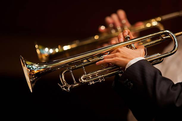 손을 man 재생 트럼펫 - 트럼펫 뉴스 사진 이미지