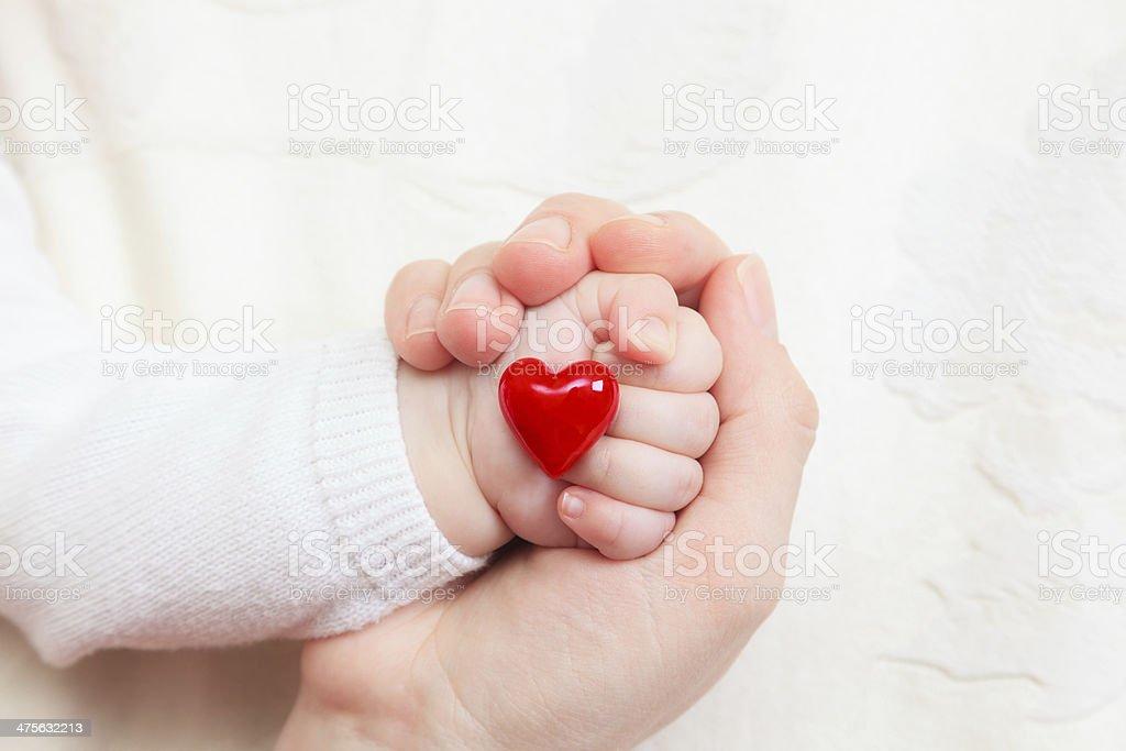 手を赤ちゃんのクローズアップ保持中心 ストックフォト