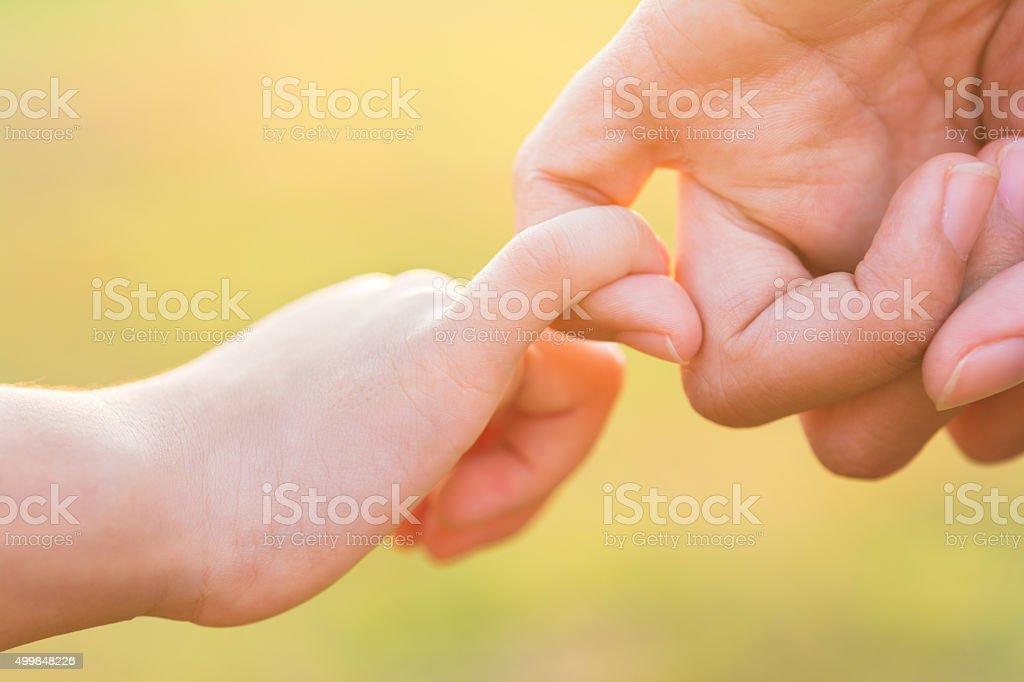 Hände von Mutter und dem Kind. Sommer park im Hintergrund – Foto