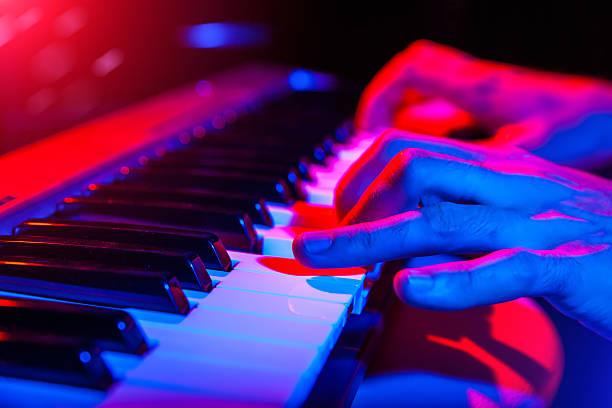 händen der musiker spielt tastatur in konzert mit flachen tiefe - blues stock-fotos und bilder
