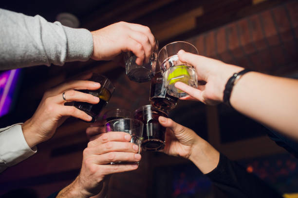 Hände von Menschen mit Gläsern Whiskey oder Wein, feiern und Toasten zu Ehren der Hochzeit oder einer anderen Feier. – Foto