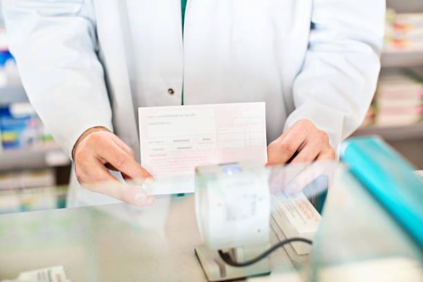 händen der apotheker, die kunden verschreibungspflichtige medikamente - alvarez stock-fotos und bilder