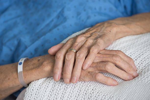 mains de femme âgée malade - manonallard stock photos and pictures