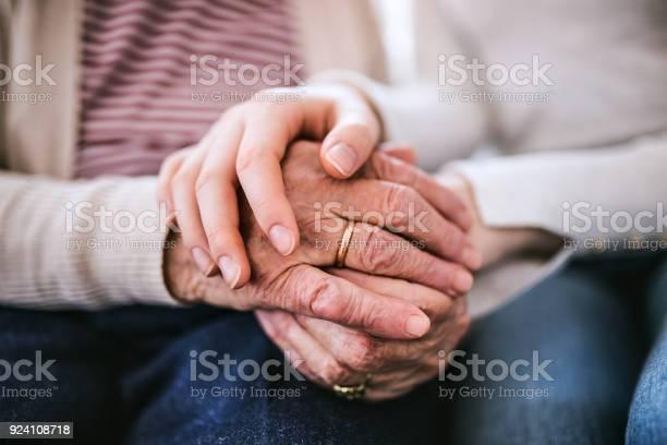 Händen Der Teenagermädchen Und Ihre Großmutter Zu Hause Stockfoto und mehr Bilder von Alt