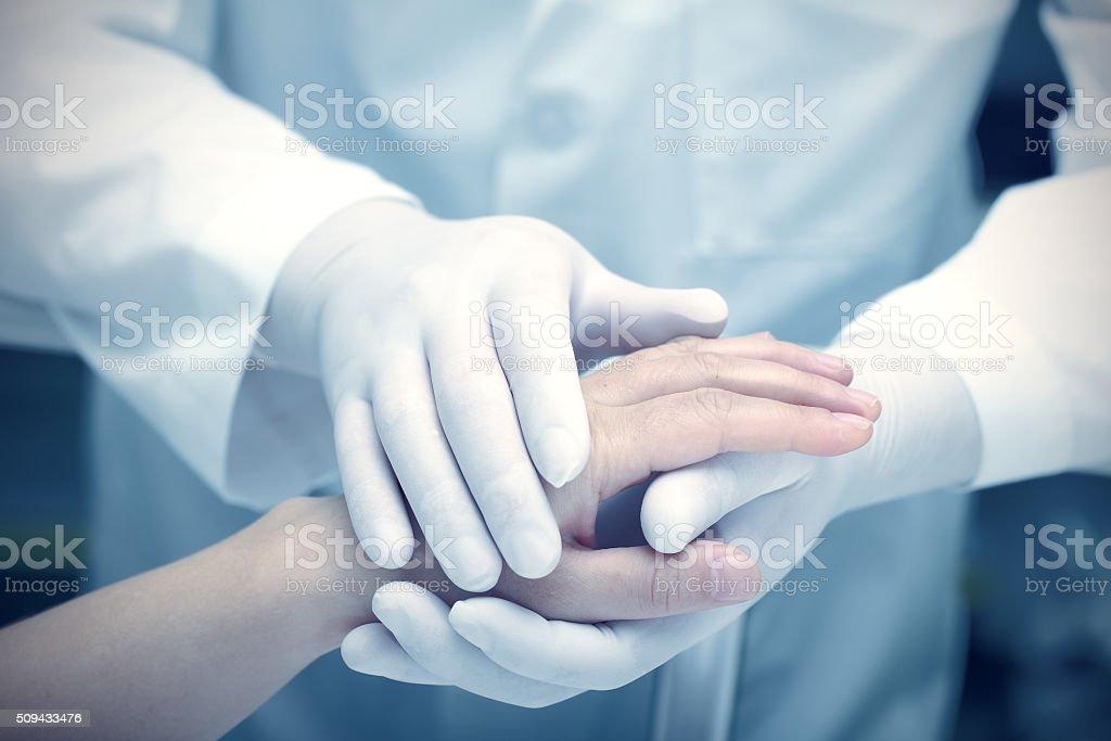Manos del médico y el paciente - foto de stock