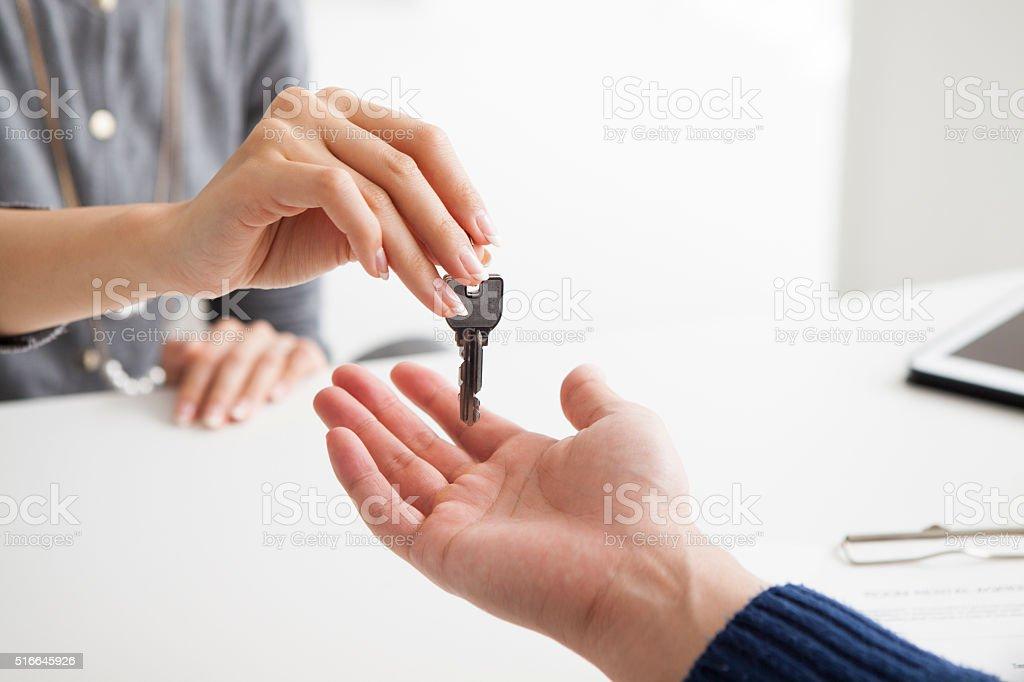 Mains de la femme vous traversez la clé de maison - Photo