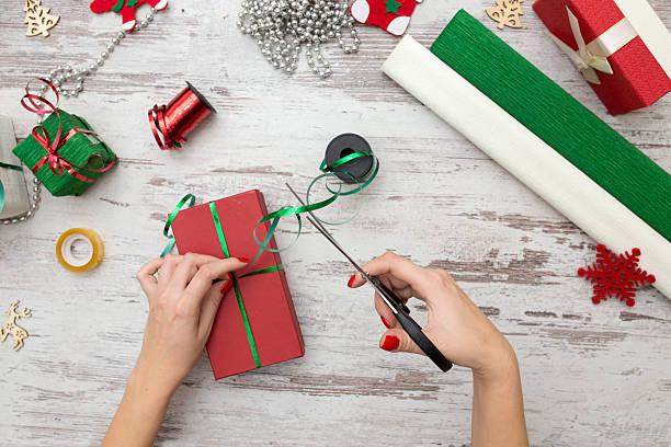 hands of woman decorating christmas gift box - winterdeko basteln stock-fotos und bilder