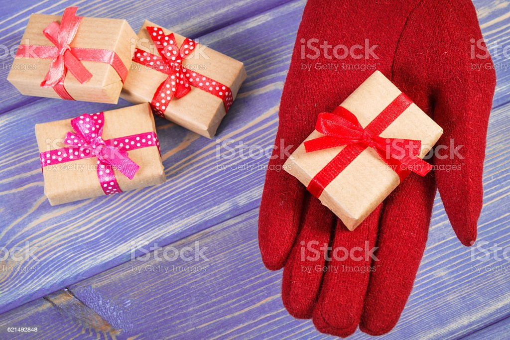 Hands of woman in gloves with gifts for Christmas foto stock royalty-free