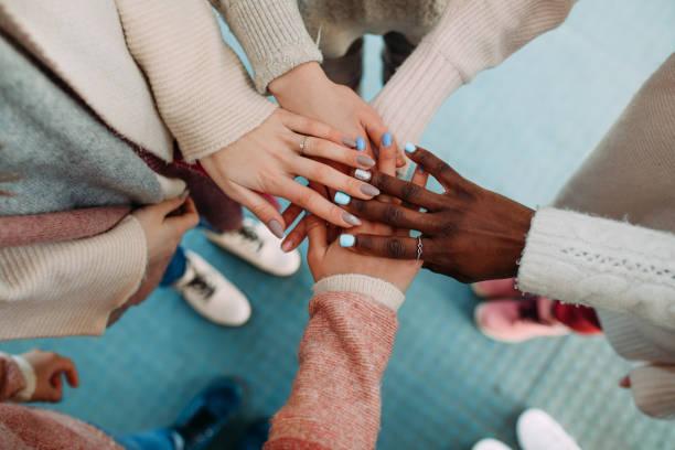 hände von frauen verschiedener rassen berühren sich hautnah. - freundin stock-fotos und bilder